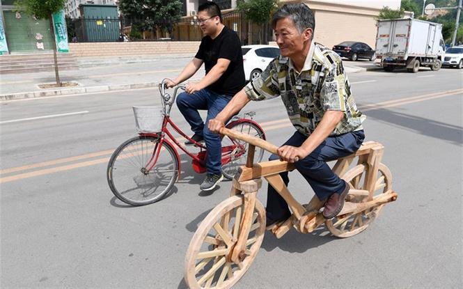 Ông Dũng hoàn thiện và sử dụng chiếc xe bằng gỗ có một không hai tại Cam Túc