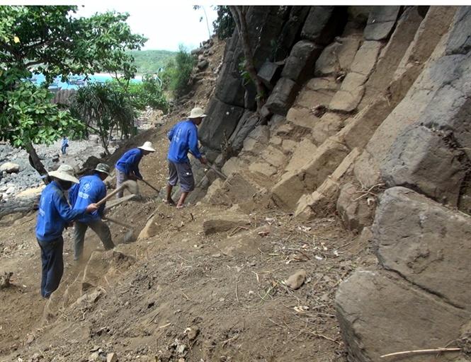Công nhân tiến hành bóc dỡ lớp đất trên bề mặt