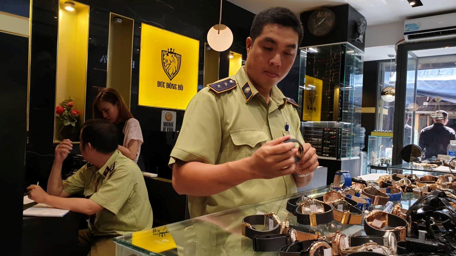 TP.HCM: Tạm giữ hàng trăm đồng hồ thương hiệu lớn nghi giả ở Đức đồng hồ