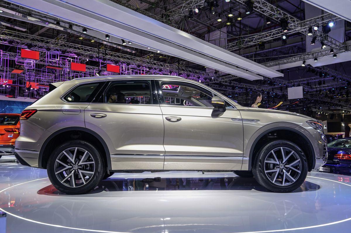 Volkswagen Touareg ONE Million sở hữu khoang cabin bọc da Puglia độc quyền với chiết xuất từ lá ô liu, đi kèm chỉ khâu họa tiết kim cương Amber Brown màu nâu hổ phách, chi tiết này cũng được áp dụng trên bọc cần số, vô lăng và bảng điều khiển.