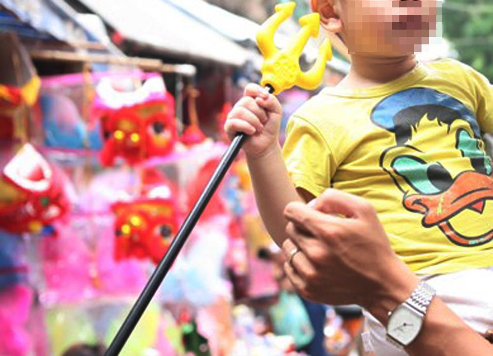Xuất hiện nhiều loại đồ chơi Trung thu bạo lực trên phố Hàng Mã