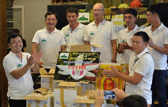 Trưa nay, câu lạc bộ hoa lan đột biến sông Hàn (Đà Nẵng) đã thực hiện giao dịch mua gốc lan Giã Hạc 5 cánh trắng từ một chủ nhân ở Ninh Thuận với giá 6,8 tỉ đồng. Ảnh: Zing.