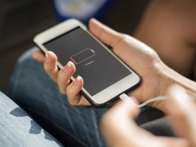Các chuyên gia khuyến cáo, sử dụng điện thoại khi đang sạc pin rất dễ gây giật điện, thậm chí phát nổ. Ảnh: TL