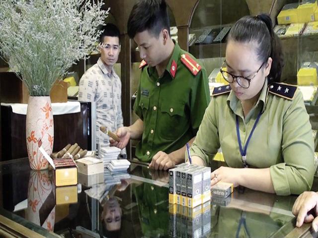 Lực lượng chức năng ra quân thu giữ hàng nghìn điếu xì gà không rõ nguồn gốc, xuất xứ. Ảnh: PV
