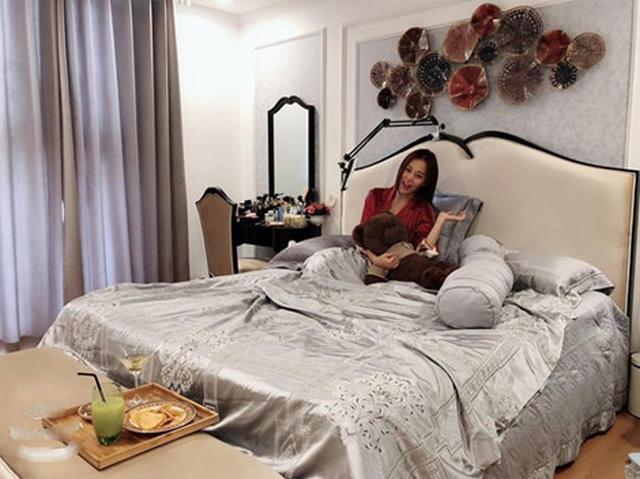 Không chỉ chăm chút cho phòng khách mà nữ diễn viên cũng đặc biệt quan tâm đến phòng ngủ với không gian rộng, đầy đủ tủ đồ: quần áo, giày, kính...