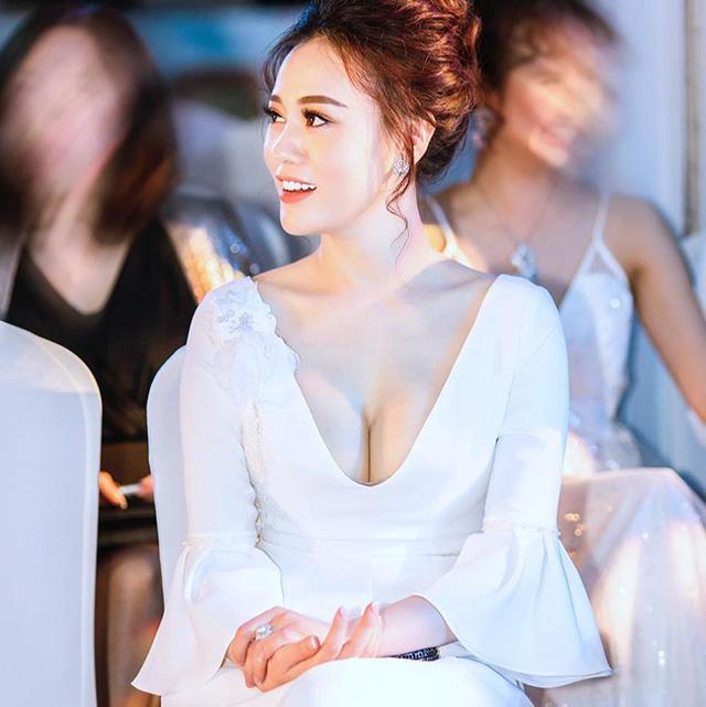 """Ở tuổi xấp xỉ 30, Phương Oanh vẫn """"độc thân vui tính"""" sao nữ Quỳnh búp bê hiện đang sống một mình trong một căn hộ cao cấp tại Hà Nội. Tất cả nội thất trong căn nhà đều được bố trí, sắp xếp hợp lý theo phong cách hiện đại, sang trọng không kém gì 1 khách sạn 5 sao."""