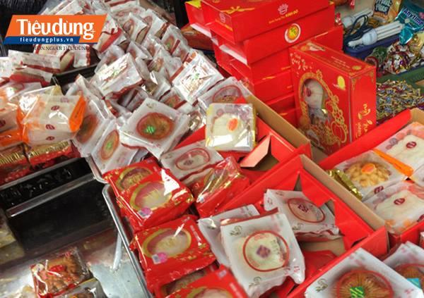 Bánh Trung thu siêu rẻ 5.000 đồng/chiếc bán tràn lan trên vỉa hè Hà Nội