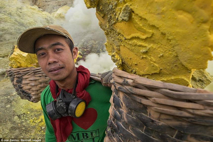 Nghề nguy hiểm nhất hành tinh: Khai thác lưu huỳnh bên miệng núi lửa đang phun