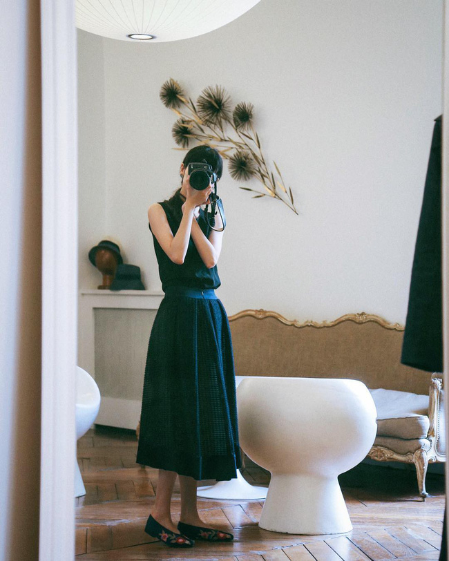 p/Áo sát nách đen cùng chân váy dài, kết hợp giày thêu hoa mang đến phong cách nhẹ nhàng, nữ tính.p/