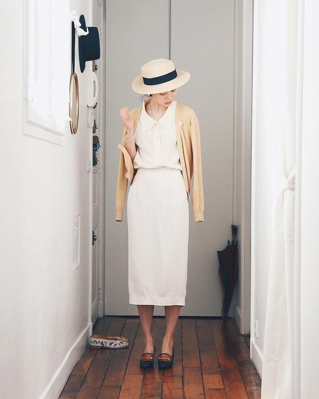 p/Áo blouse trắng cùng chân váy bút chì dáng dài thích hợp với các nàng công sở. Chiếc áo cardigan màu be khoác ngoài giữ ấm cho những ngày se lạnh khiến bạn trở nên cực kỳ nữ tính.p/