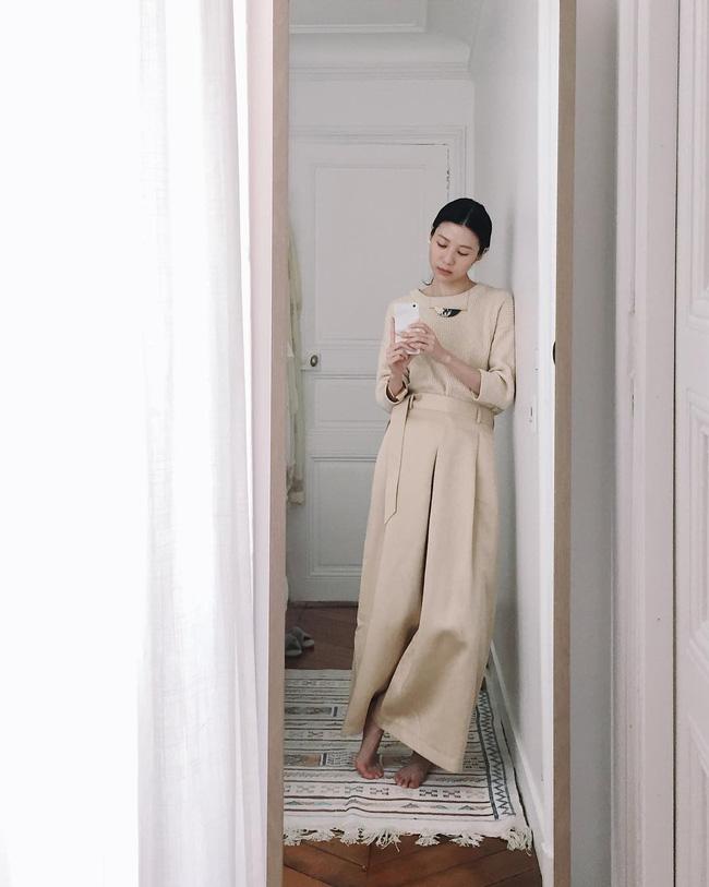 p/Những ngày se lạnh, một chiếc áo len mỏng cùng quần cạp cao ống rộng là sự kết hợp hoàn hảo. Bộ đồ này giúp tạo hiệu ứng kéo dài chân khiến bạn càng quyến rũ hơn.p/