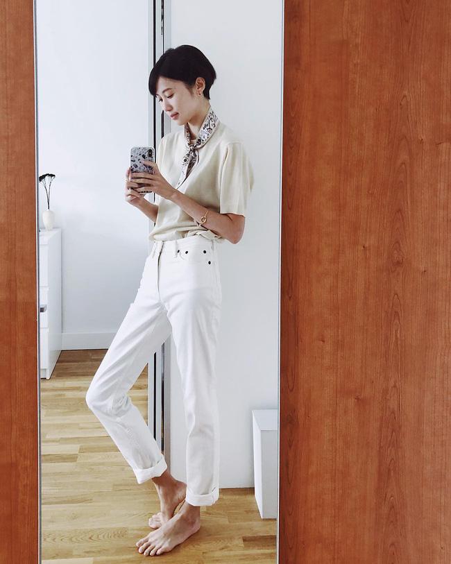 p/Những lúc lười mix đồ thì chỉ cần một chiếc áo phông màu be, một chiếc quần kaki trắng và thêm chiếc khăn buộc ở cổ là đủ.p/