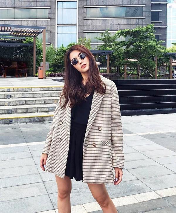 Vest, blazer là những món đồ luôn được yêu thích trong mùa thu đông. Tăng Thanh Hà khéo chọn các kiểu áo khoác mỏng, phù hợp tiết trời phương Nam để thể hiện tinh thần ăn mặc hợp mốt