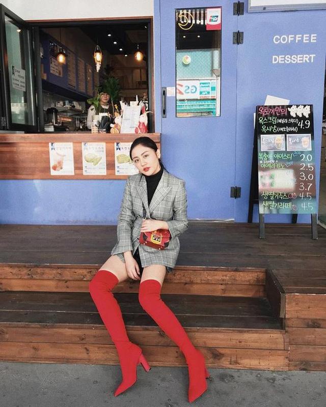 Với chiếc blazer vintage, Văn Mai Hương khéo léo kết hợp cùng một đôi sock boots màu đỏ nổi bật.