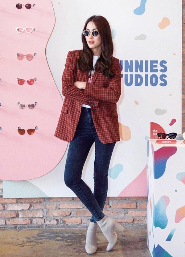 Trong những ngày chớm thu, Tăng Thanh Hà nhiệt tình lăng xê các kiểu blazer kẻ sọc ca rô. Người đẹp phối chúng cùng áo thun, jeans và các kiểu váy ngắn thông dụng.