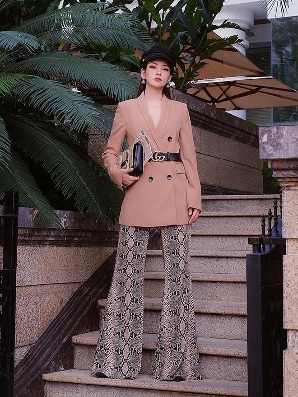 Chi Pu cá tính cùng áo vest phom dáng rộng mặc với quần in hoạ tiết da trăn - một trong những xu hướng được các fashionista thế giới ưa chuộng ở mùa thu 2018.