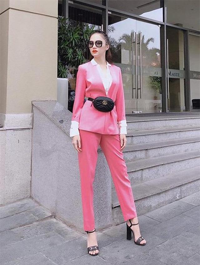 Hoa hậu Hương Giang diện một cây hồng ngọt ngào. Blazer mang những gam màu nữ tính như hồng, đỏ, vàng đang trở thành hot trend giúp mẫu áo này bớt tẻ nhạt