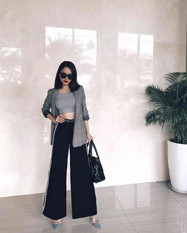 Táo bạo hơn, bạn có thể phối cùng áo lửng mặc bên trong và một chiếc quần cạp cao như Hoa hậu Hương Giang