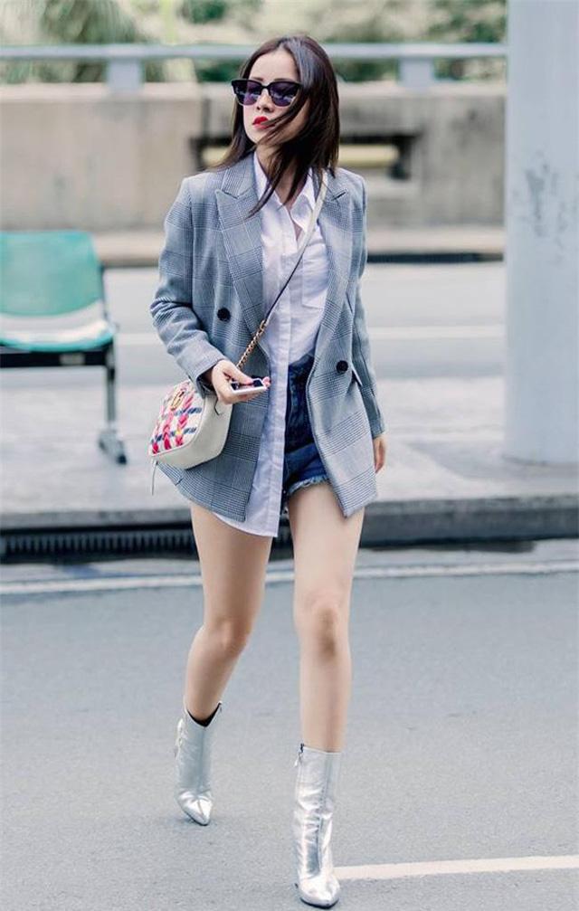 Khi đi chơi, bạn có thể phối blazer với sooc jeans, bên trong mặc một chiếc sơ mi trắng sơ vin nửa vạt rất tinh nghịch giống như Chipu
