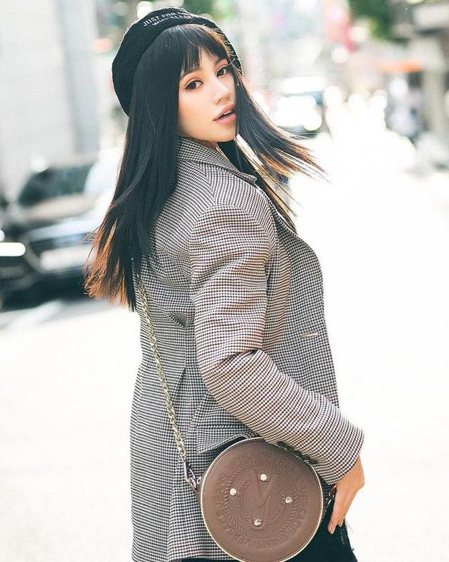 Những đường kẻ trên áo blazer của mùa mới này thanh mảnh, nhẹ nhàng hơn và cổ điển hơn rất nhiều. Jolie Nguyễn - mix theo phong cách cổ điển cùng mũ nồi và túi xách hình hộp tròn.