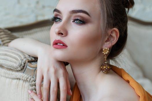 Vì phụ nữ trân quý tựa vàng, DeAura cùng nàng xây đắp những vàng son