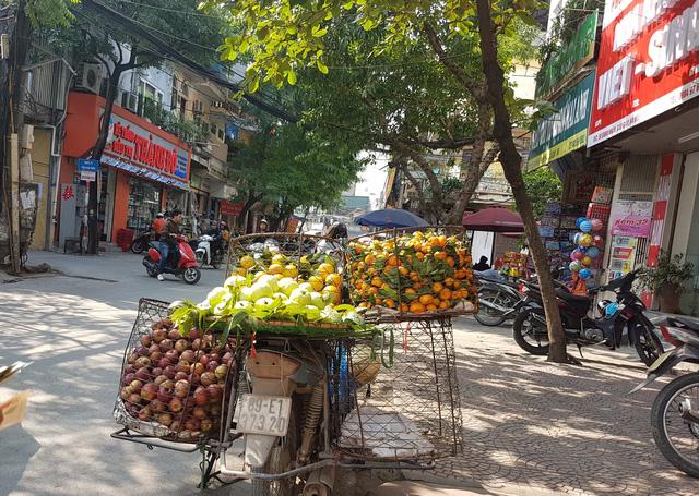 Mặt hàng ổi, táo đá được các xe hàng rong bán với giá chỉ 20.000 đồng/kg. Ảnh: Bảo Loan