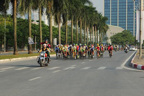 Một giải đua xe đạp không thể thiếu đội hình mô tô tham gia hộ tống.