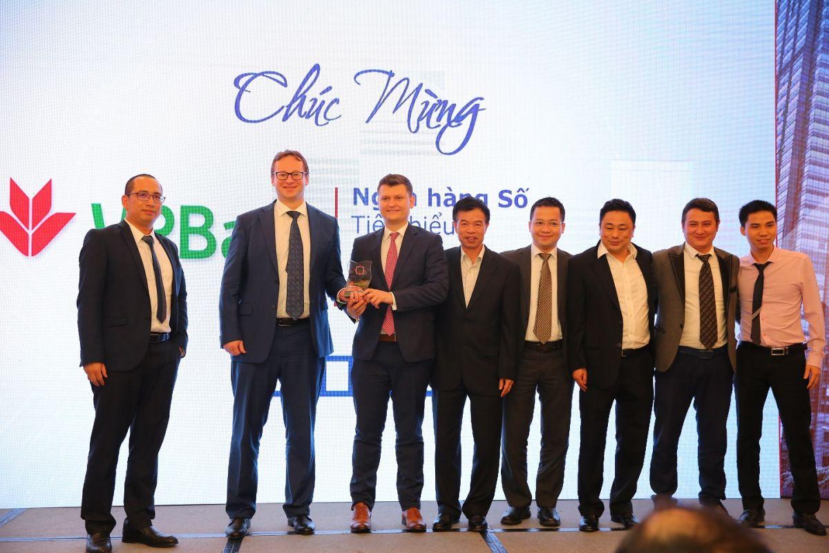 ông Igor Mushakov (giám đốc khối IT NH VPBank) và ông Dmitry Bocharov (giám đốc khối Digital Factory NH VPBank) nhận giải thưởng Ngân hàng số tiêu biểu năm 2018