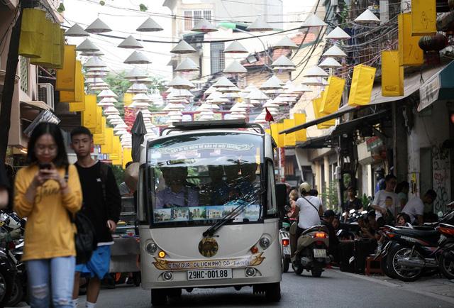 Hà Nội: Khách du lịch thảnh thơi dạo chơi giữa phố nón lá đẹp lung linh có một không hai