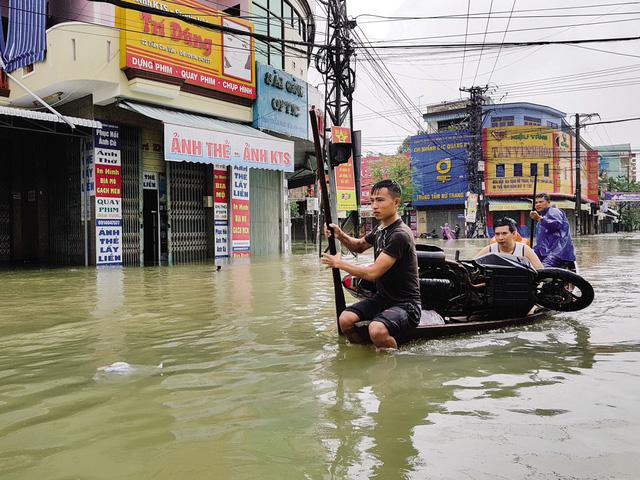 Nước lũ cô lập nhiều địa phương miền Trung