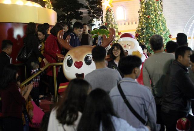 Trong khi đó, tại khu vực giữa TTTM, một mô hình nhà thờ, cây thông Noel lớn được dựng lên hút người dân.