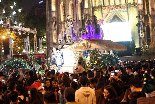 Khu vực sảnh chính Nhà thờ Lớn diễn ra các hoạt động văn nghệ chào mừng lễ Giáng sinh.