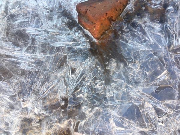 Ban ngày, nhiệt độ tăng nhưng chỉ dưới 10 độ tại khu vực đỉnh, làm tan dần nước nhưng vẫn còn lại lớp băng mỏng thành những lớp lang băng, nước xen kẽ những khoảng đá và cây cỏ, tạo thành một cảnh tượng vô cùng kỳ thú.