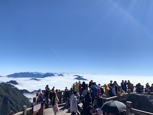Từ hai tuần nay, rất nhiều du khách thích thú trước thiên nhiên vi diệu trên đỉnh Fansipan đã nô nức tới chinh phục Nóc nhà Đông Dương, chiêm bái quần thể tâm linh kỳ vĩ và tận hưởng trọn vẹn trải nghiệm giữa bồng bềnh mây trời và băng giá đẹp hiếm có này.