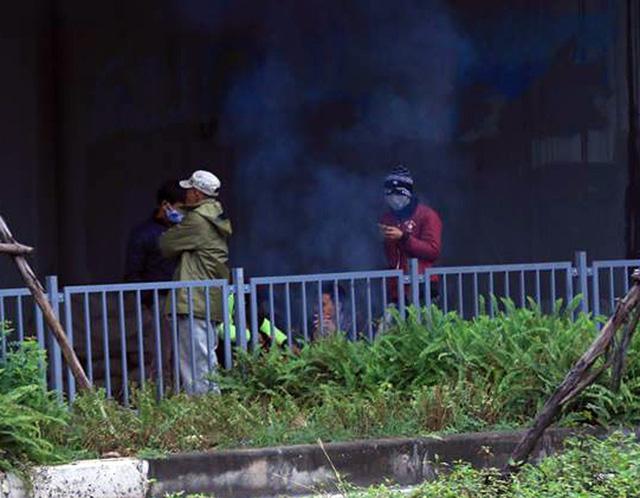 Tại khu vực các gầm cầu, người bán hàng rong, chạy xe ôm hay bán trà đá cũng nhóm lửa lên cùng sưởi ấm.