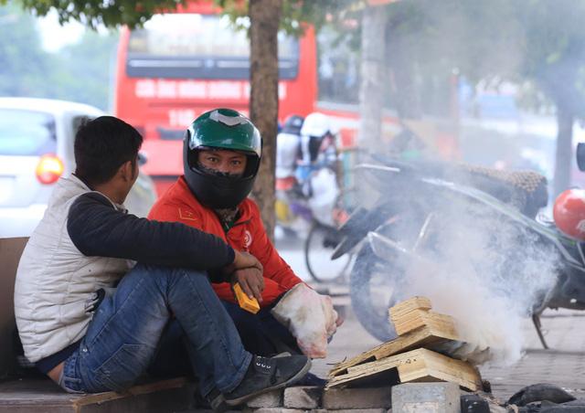Tại khu vực đường Phạm Hùng đoạn đối diện BX Mỹ Đình, nhiều xe ôm cũng tụ tập lại với nhau xin củi đốt lửa sưởi ấm.