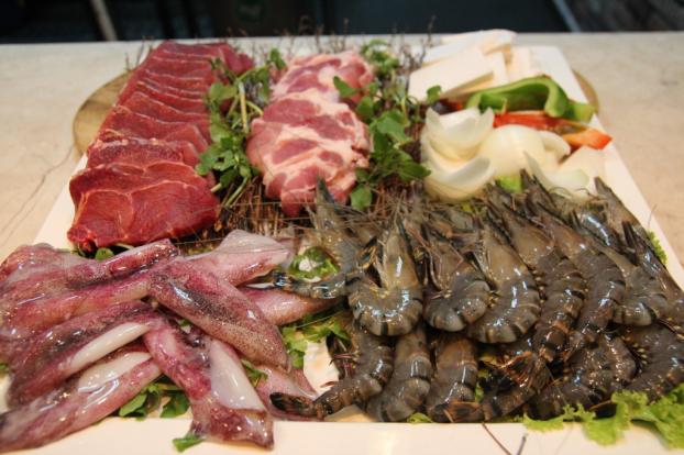 p/Người bị viêm da cơ địa ăn hải sản, thịt bò sẽ làm bệnh thêm trầm trọng hơn. Ảnh minh họap/