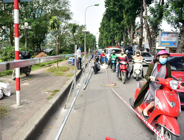 Hà Nội: Cận cảnh công trường xén vỉa hè, hạ cây xanh mở rộng đường Láng chi phí 64 tỷ đồng