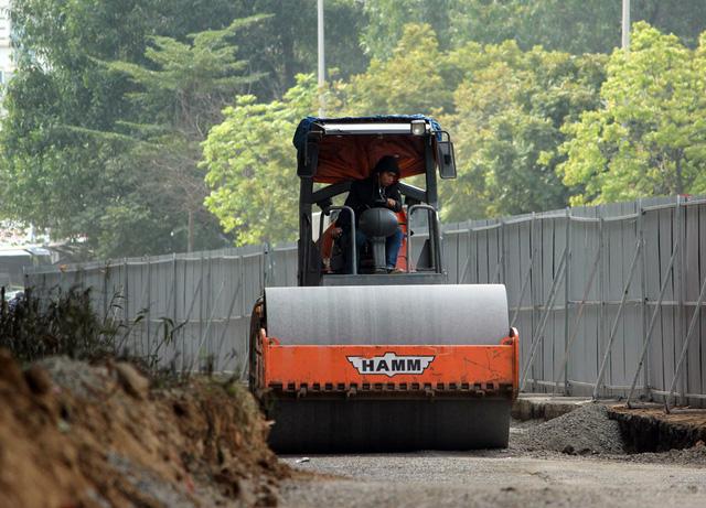 Theo các công nhân, ban ngày họ làm rào chắn và xén thảm cỏ, mở rộng đường vào ban đêm để tránh ảnh hưởng đến giao thông.