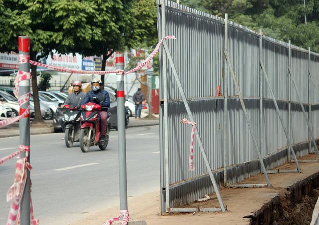 Một đoạn rào chắn cao khoảng 2m được dựng lên.