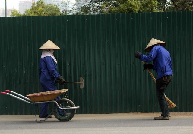 Khi bên trong thực hiện thi công thì các công nhân dọn dẹp vệ sinh bên ngoài làm nhiệm vụ tránh ảnh hưởng đến người dân.