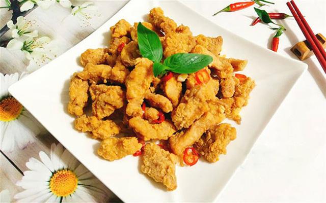 Không chỉ là món ăn ngon dành cho bữa cơm gia đình, thịt lợn chiên xóc tỏi còn biến tấu để trở thành món mồi nhắm cực kỳ tuyệt vời cho các ông chồng.