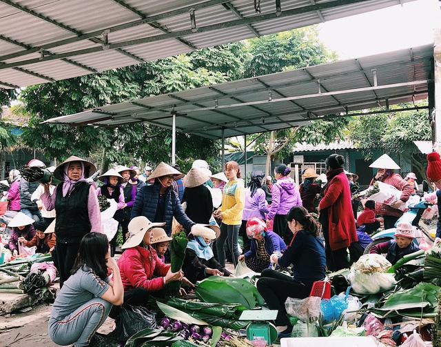 Tết Nguyên đán đang đến rất gần, phiên chợ Đầu Đê những ngày giáp Tết diễn ra nhộn nhịp, tấp nập người mua bán.