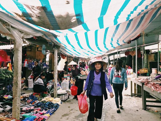 Nằm trên một khoảng đất rộng với những lều quán cũ kỹ, tuy không sầm uất như các chợ trung tâm đô thị nhưng bà con vẫn rủ nhau ra chợ mua sắm, đón Tết.