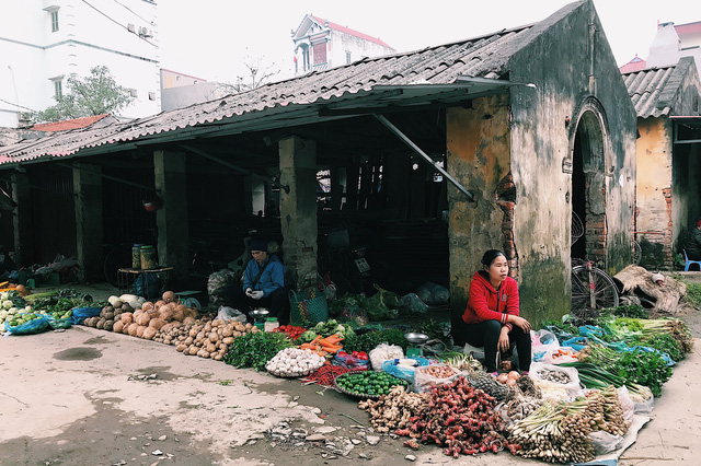 Những người bán hàng đến chợ từ rất sớm để lựa chỗ ngồi và bày biện hàng hóa.