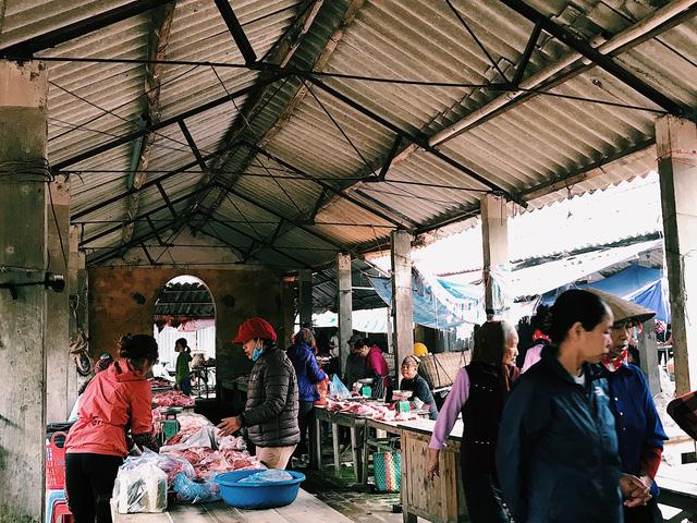 Còn người mua đi chợ sớm để tìm mua thực phẩm tươi ngon.