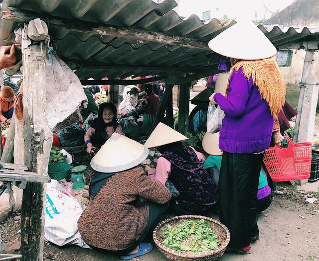 Cụ Lợi năm nay đã hơn 80 tuổi, cụ đã bán hàng vỏ trầu hơn chục năm tại chợ này. Những vị khách thân thiết của cụ cũng chính là các bà, các cụ trong làng.