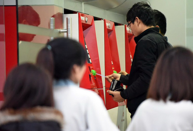 Hà Nội: Người dân mòn mỏi xếp hàng dài ở cây ATM chờ rút tiền về quê ăn Tết