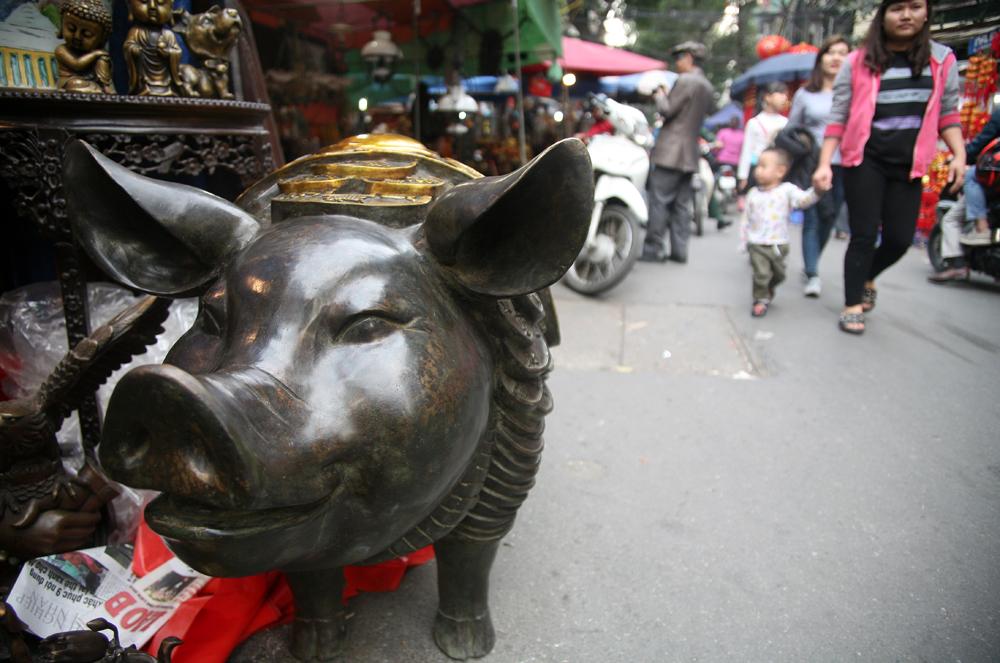 """Chiêm ngưỡng lợn đồng """"độc nhất vô nhị"""" giá 150 triệu đồng chào Tết Kỷ Hợi"""