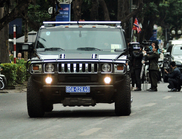 Xe Hummer H2 phiên bản đặc chủng có lớp vỏ xe, kính chống đạn, bánh xe bị bắn thủng lốp vẫn có thể chạy được và còn trang bị cả súng đại liên RPK.